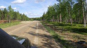 Les routes secondaires sont souvent des pistes en bon état. Nous apercevons un élan sur le bord d'un lac mais il n'a pas voulu poser pour la photo